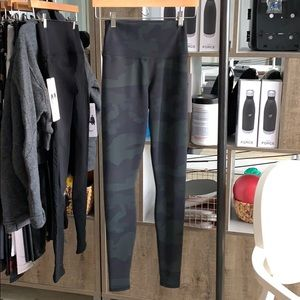 Alo yoga high-waist vapor leggings camo